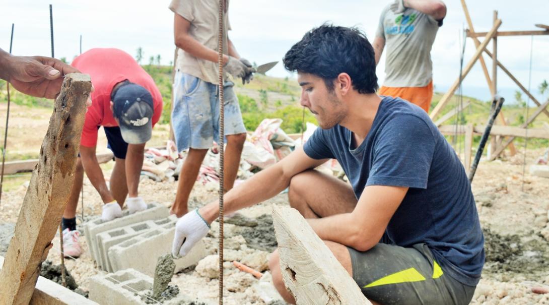 フィリピンの貧困地域で学校建設に取り組む高校生ボランティアたち